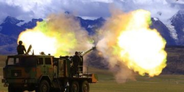 PLA troops holding live-fire drills in Tibet Military Region.